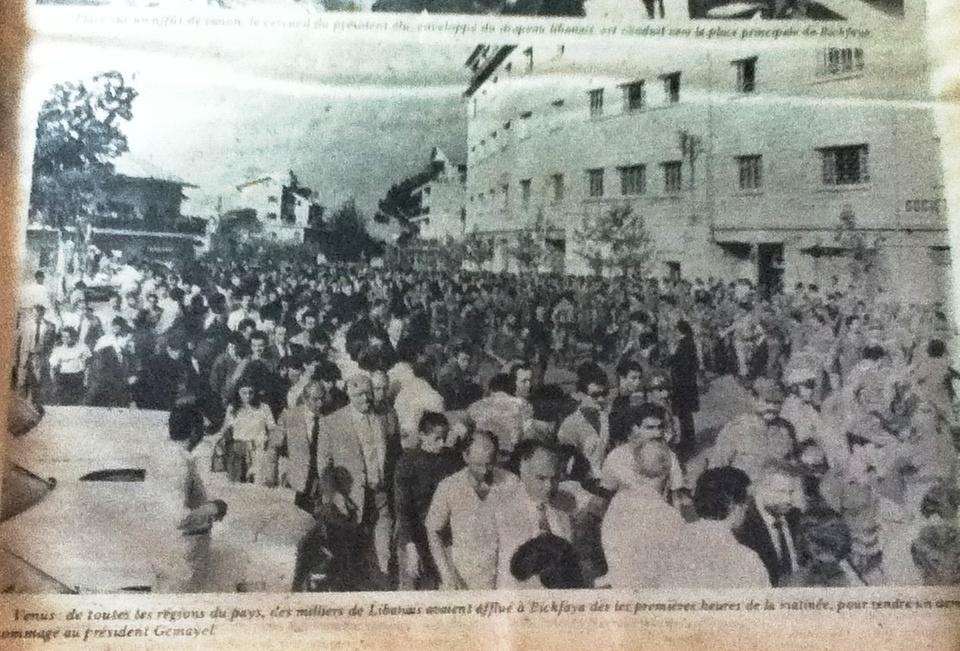 1982 - Venus de toutes les régions du pays, des milliers de libanais avaient afflué à Bickfaya dès les premières heures de la matinée, pour rendre un dernier hommage au président Bachir Gemayel